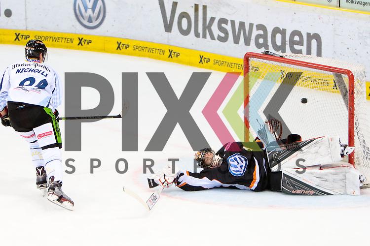 Josh Nicholls (Straubing, 94) Penalty gegen Sebastian Vogl (Wolfsburg, 25) Torsch&uuml;tze, schie&szlig;t Tor, erzielt das Tor zum , Tor, Treffer, Torerfolg, scores the goal, Action, Aktion beim Spiel in der DEL, Grizzlys Wolfsburg (dunkel) - Straubing Tigers (weiss).<br /> <br /> Foto &copy; PIX-Sportfotos *** Foto ist honorarpflichtig! *** Auf Anfrage in hoeherer Qualitaet/Aufloesung. Belegexemplar erbeten. Veroeffentlichung ausschliesslich fuer journalistisch-publizistische Zwecke. For editorial use only.