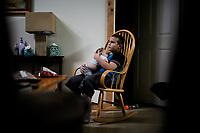 Ohio, Usa. Oktober 2016. Liam (9) tar seg av Ron når Suzanne har for mye p henge fingrene i. Fotografier til dokument om valget i Usa og Appalachene. Foto: Christopher Olssøn