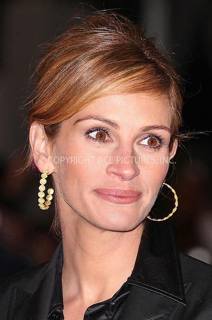 """Julia Roberts at the UK Premiere of """"Duplicity"""" held at the Empire Leicester Square in London - 10 March 2009 ..FAMOUS PICTURES AND FEATURES AGENCY 13 HARWOOD ROAD LONDON SW6 4QP UNITED KINGDOM tel +44 (0) 20 7731 9333 fax +44 (0) 20 7731 9330 e-mail info@famous.uk.com www.famous.uk.com .FAM25439"""