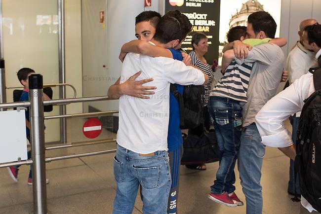 Fluechtlinspaten Syrien e.V. in Berlin.<br /> Empfang der Mutter und Brueder von Majd am Flughafen Tegel.<br /> Im Bild: Der 21jaehrige Majd aus Syrien (Rechts mit beigem Hemd) umarmt seinen geretteten kleinen Bruder.<br /> Links mit weissem Hemd: Der Cousin von Majd umarmt einen der geretteten Brueder.<br /> 17.6.2015, Berlin<br /> Copyright: Christian-Ditsch.de<br /> [Inhaltsveraendernde Manipulation des Fotos nur nach ausdruecklicher Genehmigung des Fotografen. Vereinbarungen ueber Abtretung von Persoenlichkeitsrechten/Model Release der abgebildeten Person/Personen liegen nicht vor. NO MODEL RELEASE! Nur fuer Redaktionelle Zwecke. Don't publish without copyright Christian-Ditsch.de, Veroeffentlichung nur mit Fotografennennung, sowie gegen Honorar, MwSt. und Beleg. Konto: I N G - D i B a, IBAN DE58500105175400192269, BIC INGDDEFFXXX, Kontakt: post@christian-ditsch.de<br /> Bei der Bearbeitung der Dateiinformationen darf die Urheberkennzeichnung in den EXIF- und  IPTC-Daten nicht entfernt werden, diese sind in digitalen Medien nach &sect;95c UrhG rechtlich geschuetzt. Der Urhebervermerk wird gemaess &sect;13 UrhG verlangt.]