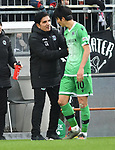 30.11.2019,  GER; 2. FBL, FC St. Pauli vs Hannover 96 ,DFL REGULATIONS PROHIBIT ANY USE OF PHOTOGRAPHS AS IMAGE SEQUENCES AND/OR QUASI-VIDEO, im Bild Trainer Kenan Kocak (Hannover) spricht mit Genki Haraguchi (Hannover #10) Foto © nordphoto / Witke *** Local Caption ***