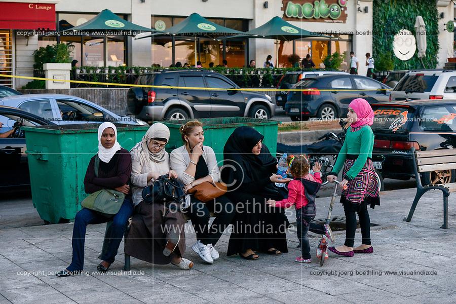 LEBANON, Beirut, Corniche sea promenade, lebanese family with african domestic worker and house maid / LIBANON, Beirut,Corniche, Uferpromenade am Mittelmeer, Familie mit afrikanischem Hausmädchen