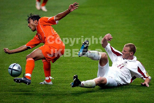 Nederland - Letland 3-0 Europees kampioenschap 2004 Portugal seizoen 2003-2004 23-06-2004  Van bronkhorst wordt onderuit gehaald door prohorenkovs