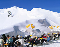 DEU, Deutschland, Bayern, Oberbayern, Berchtesgadener Land, Jenner Skigebiet - Sonnenterrasse an der Bergstation | DEU, Germany, Bavaria, Upper Bavaria, Berchtesgadener Land, Jenner ski region - people having a sun bath