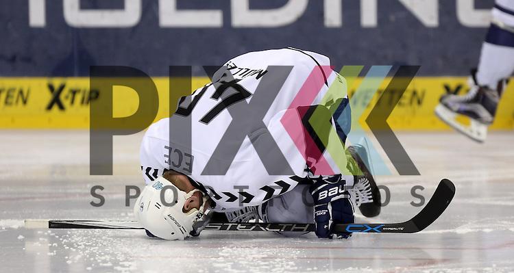 Marcel Mueller (Hamburg) am Boden beim Spiel in der DEL, Eisbaeren Berlin (blau) - Hamburg Freezers (weiss).<br /> <br /> Foto &copy; PIX-Sportfotos *** Foto ist honorarpflichtig! *** Auf Anfrage in hoeherer Qualitaet/Aufloesung. Belegexemplar erbeten. Veroeffentlichung ausschliesslich fuer journalistisch-publizistische Zwecke. For editorial use only.