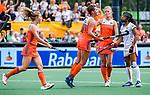 Den Bosch  -  Frederique Matla (Ned) brengt de stand op 1-0  tijdens  de Pro League hockeywedstrijd dames, Nederland-Belgie (2-0). links Laura Nunnink (Ned) rechts , Caia Van Maasakker (Ned) en Ambre Ballenghien (Belgie) .    COPYRIGHT KOEN SUYK