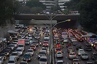 SAO PAULO, SP, 14 DE JUNHO DE 2013 - TRANSITO SP: Trânsito na Av. 23 de Maio sentido bairro, próximo ao Parque do Ibirapuera, zona sul de São Paulo na tarde desta sexta feira (14). FOTO: LEVI BIANCO - BRAZIL PHOTO PRESS.