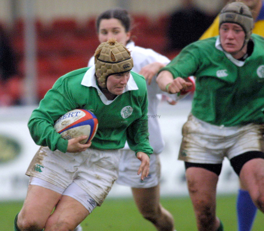 Photo : Garvin Davies.England v Ireland,Womens Six Nations Championships, @The Sixways,Worcester RFC,17-02-02.Irish scrum-half Karen Eagleson makes a rare break against England during their 79-0 defeat