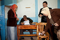 Egypt / Cairo / 22.12.2012 / Egyptians cast their ballots during the second day of the constitutional referendum, on December 22nd, in a polling center in Doqqi. © Giulia Marchi