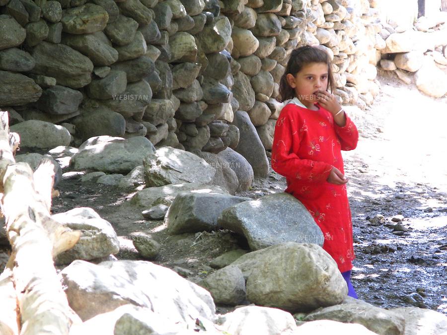 AFGHANISTAN - VALLEE DU PANJSHIR - POSHGHOUR - 15 aout 2009 : Petite fille dans une rue du village de Poshghour. ..AFGHANISTAN - PANJSHIR VALLEY - POSHGHOUR - August 15th, 2009 : Portrait of a girl on a street in the village of Poshghour.