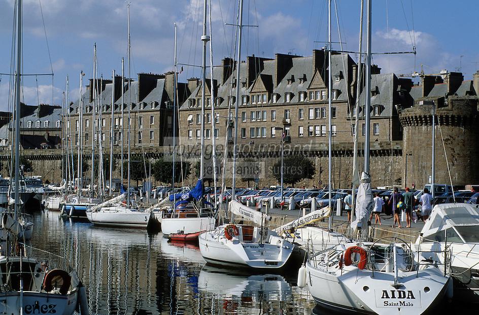 Europe/France/Bretagne/Ille et Vilaine/St Malo: les remparts de la Ville Close et le Port