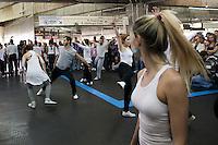 SAO PAULO, SP, 28 DE JANEIRO DE 2012 - Trinta bailarinos da São Paulo Companhia de Danca faz apresentacao na estaçao Bras do Metro neste sabado, dia 28. FOTO RICARDO LOU - NEWS FREE