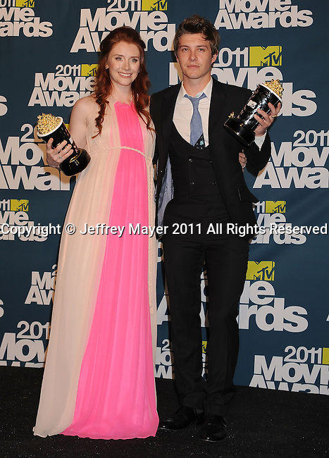 UNIVERSAL CITY, CA - JUINE 05: Bryce Dallas Howard and Xavier Samuel pose in the press room during the 2011 MTV Movie Awards at Universal Studios' Gibson Amphitheatre on June 5, 2011 in Universal City, California.