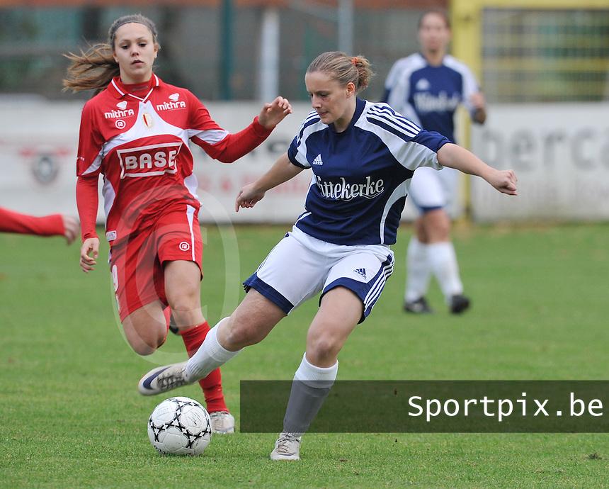 Rassing Harelbeke - Standard Femina : Alix Wierinck aan de bal voor Lieke Martens.foto DAVID CATRY / Vrouwenteam.be
