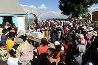 """MADAGASCAR Antananarivo, catholic priest Per Pedro Opeka has build Akamasoa a social community project with housing schemes, health units and schools for the poorest of Tana, burial of dead child / MADAGASKAR Pater Pedro Opeka hat die Gemeinde Akamasoa , auf madagassisch """"gute Freunde"""" , mit Muellsammlern, Bettlern und Sozialschwachen auf einem Huegel bei Antananarivo erbaut, Teil des Projektes sind Hausbau, Schulen, Krankenhaeuser und Beschaeftigung, Beerdigung eines verstorbenen Kindes"""
