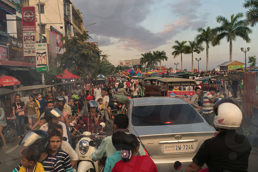 November 13, 2016 - Phnom Penh (Cambodia). Thousands of people flocked to the riverside to assist the festival causing traffic congestion around the river side's area. © Thomas Cristofoletti / Ruom