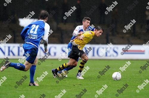 2012-12-23 / Voetbal / seizoen 2012-2013 / Berchem Sport - Koksijde / Nico Lansu (Berchem) wordt opgehouden door Felix Reuse..Foto: Mpics.be