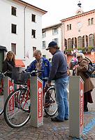 Italien, Piemont, Langhe, Alba: Fahrradvermietung auf der Piazza Risorgimento | Italy, Piedmont, Langhe, Alba: bicycles for rent at Piazza Risorgimento