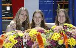 Foto: VidiPhoto<br /> <br /> VALBURG &ndash; Een &lsquo;geslaagde hattrick&rsquo; met nog &eacute;&eacute;n examenuitslag te gaan. Drie van de vier zussen Hol werden woensdag verrast met vrolijke chrysantenboeketten voor het behalen van hun diploma. Alle vier deden ze dit jaar examen voor HBO, MBO en VMBO. Drie van hen kregen woensdag te horen dat ze geslaagd zijn. Lisette (19, MBO Groenhorst Barneveld) krijgt de uitslag donderdag pas, maar ook voor haar ligt er alvast een examenboeket klaar. De familie viert woensdag al uitbundig feest. Vier meiden uit &eacute;&eacute;n gezin die tegelijkertijd examen doen en ook nog eens slagen is in Nederland, voor zover bekend, nog niet eerder voorgekomen. Dani&euml;lle (21, Pabo CHE Ede, herstellende van een geslaagde kaakoperatie) en de tweeling Femke en Maaike (15, vmbo Van Lodenstein College Kesteren).