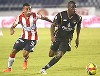 BARRANQUIILLA -COLOMBIA-17-SEPTIEMBRE-2014.  Vladimir Hernandez   (Izq) del Atletico junior  disputa el balon con Kevin Riascos de Llaneros F.C., partido de la Copa  Postobon octavos de final disputado en el estadio Metroplitano.  / Vladimir Hernandez   (L) of Atletico Junior dispute the ball with  Kevin Riascos  of  Llaneros FC , party Postobon Cup finals match at the Metropolitano stadium. Photo: VizzorImage / Alfonso Cervantes / Stringer