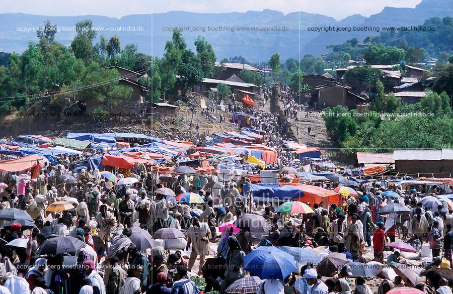 Aethiopien, Markt vor Bergen im Hochland von Lalibela  / Ethiopia,  market day in Lalibela