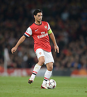 FUSSBALL   CHAMPIONS LEAGUE   VORRUNDE     SAISON 2013/2014    Arsenal London - SSC Neapel   01.10.2013 Mikel Arteta (Arsenal) Einzelaktion am Ball