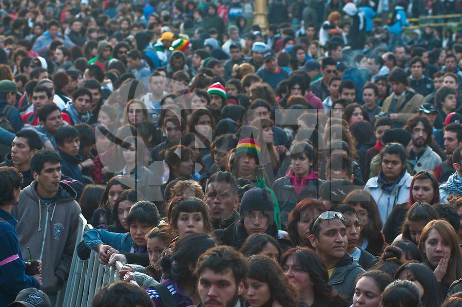FOTOS EMBARGADAS PARA VEICULOS INTERNACIONAIS - BUENOS AIRES, ARGENTINA, 26 DE SETEMBRO 2012 - Como parte de uma longa semana de Festival de Artes lembrar Mariano Ferreyra, um festival de música foi realizada na Praça de Mayo. Ferreyra foi assassinado por bandidos sob as ordens de José Pedraza, então líder do trem de trabalhadores da União, enquanto protestavam perto da estação de Constitución, em Buenos Aires em 20 de outubro de 2010. Ele tinha 23 anos. O julgamento começou em Agosto de 2012 e vai durar cerca de seis meses. FOTO: PATRICIO MURPHY - BRAZIL PHOTO PRESS.