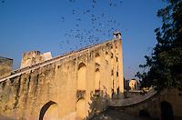 INDIA Rajasthan Jaipur, The Jantar Mantar, historical Observatory of Maharaja Jai Singh II, built between 1727 and 1734, UNESCO world heritage, Observation deck of the samrat yantra, Giant sundial / INDIEN Rajasthan Jaipur, Jantar Mantar, historische Sternwarte des Maharaja Jai Singh II, UNESCO Welterbe