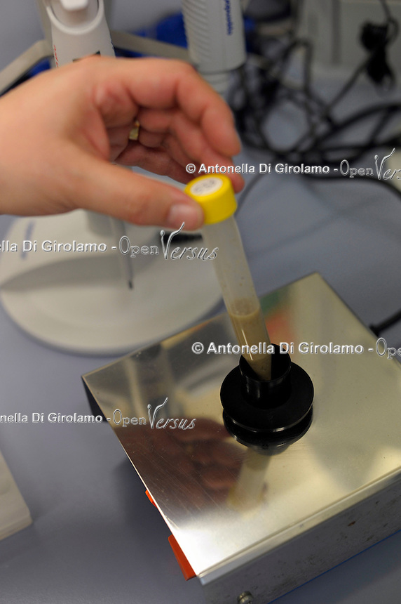 Laboratorio di biologia molecolare. Laboratory of Molecular Biology...Il laboratorio Coop Italia si occupa dell'analisi, controllo e gestione della sicurezza alimentare. The laboratory Coop Italy deals with the analysis, control and management of food safety...