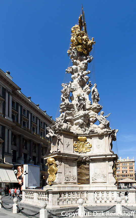 barocke Pests&auml;ule von 1692  in Einkaufstra&szlig;e Graben, Wien, &Ouml;sterreich, UNESCO-Weltkulturerbe<br /> Baroque plague column at shopping street Graben, Vienna, Austria, world heritage