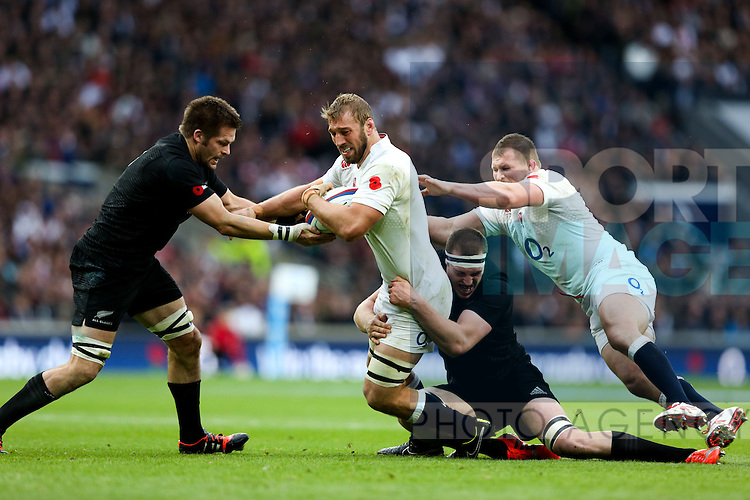 England's Chris Robshaw and New Zealand's Richie McCaw - QBE Autumn Internationals - England vs New Zealand - Twickenham Stadium - London - 08/11/2014 - Pic Charlie Forgham-Bailey/Sportimage