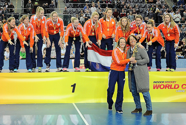 Leipzig, Germany, February 08: Team of The Netherlands receives the World Cup Trophy after defeating Germany 2-1 after shoot-out (0-1, 1-1) to win the FIH Indoor Hockey Women World Cup on February 8, 2015 at the Arena Leipzig in Leipzig, Germany. (Photo by Dirk Markgraf / www.265-images.com) *** Local caption ***