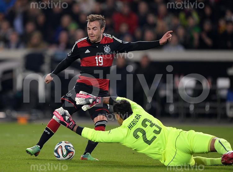 FUSSBALL INTERNATIONALES TESTSPIEL in Stuttgart Deutschland - Chile         05.03.2014 Mario Goetze (Deutschland,li) gegen Torwart Johnny Herrera (Chile,re)