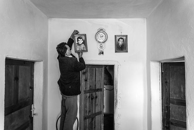 Bruder des verunglückten Elektrikers Jakov Bardhi, Nezhan, Shpati, 2013, Strom wird  in Albanien hauptsächlich aus Wasserkraft gewonnen. Zu kommunistischen Zeiten wurde das Land elektrifiziert. Die Infrastruktur kann aber mit dem hohen Verbrauch heutzutage nicht mithalten