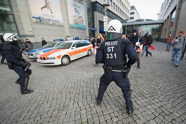 Mehrere tausend Menschen protestierten am Samstag den 18. Januar 2014 in Magdeburg gegen eine Demonstration von ca. 700 Neonazis. Die Nazis demonstrierten in Gedenken an die Bombardierung von Magdeburg am 16.1.1945 durch die Alliierten.<br />Die Polizei verhinderte erfolgreich alle Blockadeversuche der Gegendemonstranten. Daf&uuml;r waren Polizeieinheiten aus Berlin, Niedersachsen, Sachsen und Hessen nach Magdeburg beordert worden.<br />Im Bild: Polizeibeamte versuchen Menschen am verlassen einer Einkaufspassage zu hindern.<br />18.1.2014, Magdeburg<br />Copyright: Christian-Ditsch.de<br />[Inhaltsveraendernde Manipulation des Fotos nur nach ausdruecklicher Genehmigung des Fotografen. Vereinbarungen ueber Abtretung von Persoenlichkeitsrechten/Model Release der abgebildeten Person/Personen liegen nicht vor. NO MODEL RELEASE! Don't publish without copyright Christian-Ditsch.de, Veroeffentlichung nur mit Fotografennennung, sowie gegen Honorar, MwSt. und Beleg. Konto:, I N G - D i B a, IBAN DE58500105175400192269, BIC INGDDEFFXXX, Kontakt: post@christian-ditsch.de<br />Urhebervermerk wird gemaess Paragraph 13 UHG verlangt.]