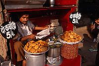 Indien, Delhi, auf der Chandni Chowk, Imbiss