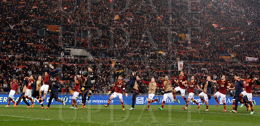 Calcio, quarti di finale di Coppa Italia: Roma vs Juventus. Roma, stadio Olimpico, 21 gennaio 2014.<br /> AS Roma players celebrate at the end of the Italian Cup round of eight final football match between AS Roma and Juventus, at Rome's Olympic stadium, 21 January 2014. AS Roma won 1-0.<br /> UPDATE IMAGES PRESS/Riccardo De Luca