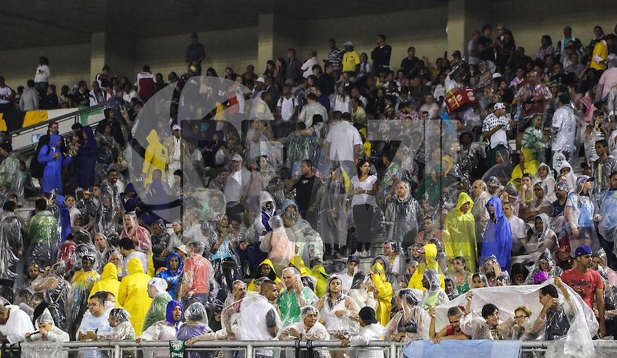 SAO PAULO, SP, 08 FEVEREIRO 2013 - CARNAVAL SP - Publico aguarda inicio do desfile no primeiro dia do Grupo Especial no Sambódromo do Anhembi na região norte da capital paulista, nesta sexta-feira, 08. (FOTO: WILLIAM VOLCOV / BRAZIL PHOTO PRESS).