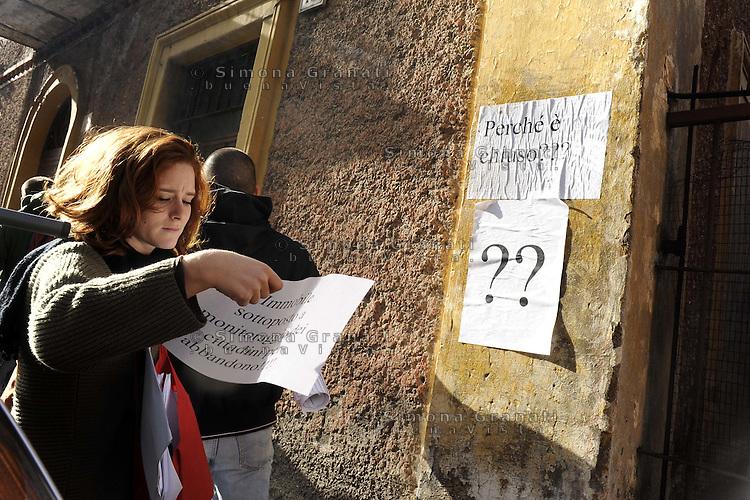 """roma, 7 Dicembre 2011.Pigneto , Tor  Pignattar.action organizza una carovana nel quartiere per denunciare gli appartamenti sfitti e per promuoivere la campagna""""Fuori dal Nero"""".Durante la carovana si indicano le case abbandonate..Lo slogan della carovana è """"tante case senza gente e tanta gente senza casa"""""""