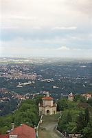 Sacro Monte, Campo dei Fiori. La XIV cappella e Varese sullo sfondo --- Sacro Monte, Campo dei Fiori. The XIV chapel and Varese on the background