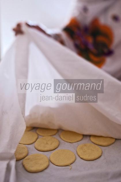 Afrique/Afrique du Nord/Maroc/Province d'Agadir/Tighanimine Elbaz: Ecolodge Atlas Kasbah- Préparation des batbot ou batbout, petite crêpe, qui sera ensuite garnie
