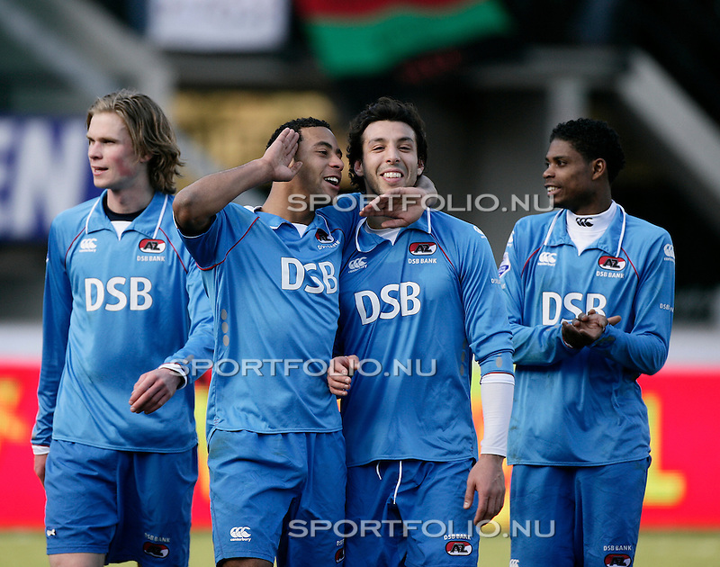 Nederland, Nijmegen, 8 maart 2009 .Eredivisie.Seizoen 2008-2009 .N.E.C-AZ  (0-1) .Moussa Dembele (2e van l) van AZ omhelst zijn ploeggenoot Mounir El Hamdaoui na afloop van de wedstrijd.