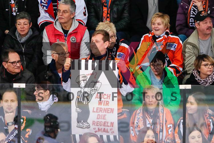Wolfsburg Fans, Publikum, Zuschauer, Stimmung, Atmosph&auml;re, Stadion Schiedsrichter kritik kritisieren Ironie &quot;Auch wir lernen die Regeln mal&quot; beim Spiel in der DEL, Grizzlys Wolfsburg (dunkel) - Straubing Tigers (weiss).<br /> <br /> Foto &copy; PIX-Sportfotos *** Foto ist honorarpflichtig! *** Auf Anfrage in hoeherer Qualitaet/Aufloesung. Belegexemplar erbeten. Veroeffentlichung ausschliesslich fuer journalistisch-publizistische Zwecke. For editorial use only.