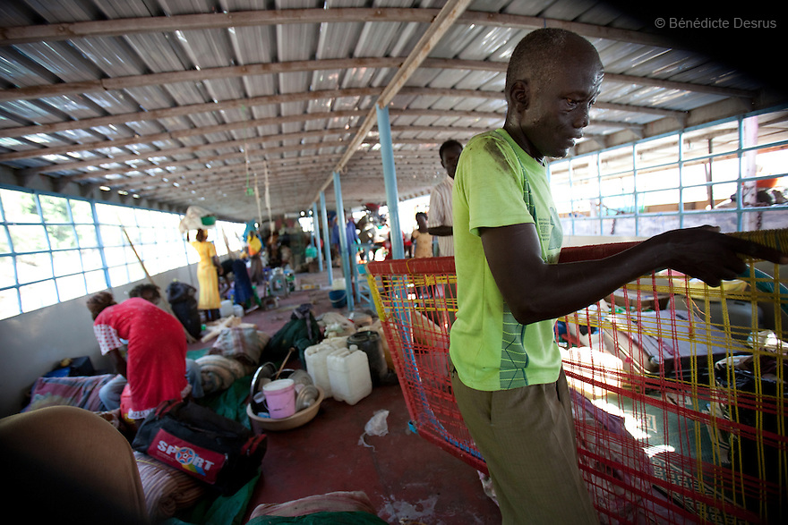 17 december 2010 - Juba, South Sudan - South Sudan Returnees unload their belongings at they arrive at the main port of Juba after 17 days on a boat from Khartoum. Over 55,000 southerners have returned ahead of the January 9, 2011 referendum on the independence of the South. Many Southern Sudanese fled to the north during the second north-south civil war, which began in 1983 and ended with a 2005 peace deal that granted the south the right to secede through a referendum. Photo credit: Benedicte Desrus