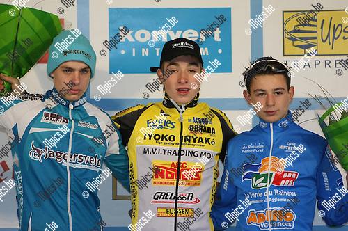 2008-11-11 / Veldrijden / Nieuwelingen Niel / Het podium met Jeroen Meijers (L, tweede), winnaar Mike De Bie en Dylan Kowalski (r, derde)..Foto: Maarten Straetemans (SMB)