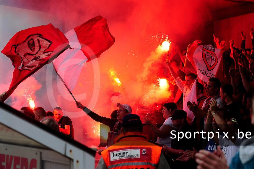 Winkel Sport - Peruwelz Moeskroen : de supporters van Peruwelz maken sfeer, lawaai en rook in de tribune.foto VDB / BART VANDENBROUCKE