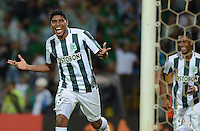 MEDELLÍN -COLOMBIA-21-04-2015. Luis Carlos Ruiz (Der) jugador de Atlético Nacional de Colombia celebra un gol anotado a Libertad de Paraguay durante el partido por la fecha 6, fase 2, grupo 7, de la Copa Bridgestone Libertadores 2015 jugado en el estadio Atanasio Girardot de Medellín, Colombia./ Luis Carlos Ruiz (R) player of Atletico Nacional of Colombia celebrates a goal scored to Libertad of Paraguay during match for the 6th date, phase 2, group 7, of the Copa Libertadores championship 2015 played at Atanasio Girardot stadium in Medellin, Colombia. Photo: VizzorImage/ Leon Monsalve / Cont