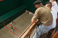 Europe/France/Aquitaine/64/Pyrénées-Atlantiques/Saint-Jean-Pied-de-Port: Spectateurs lors d'un match de pelote basque à main nue au Trinquet