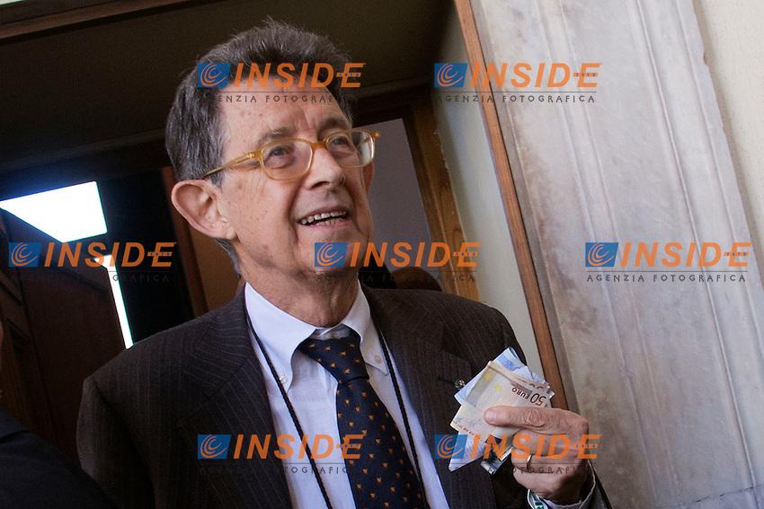 Piero Giarda con dei soldi in mano<br /> Roma 31-10-2014 Palazzo della Cancelleria. 90&deg; Giornata Mondiale del Risparmio organizzata dall'Acri.<br /> World Saving Day<br /> Photo Samantha Zucchi Insidefoto