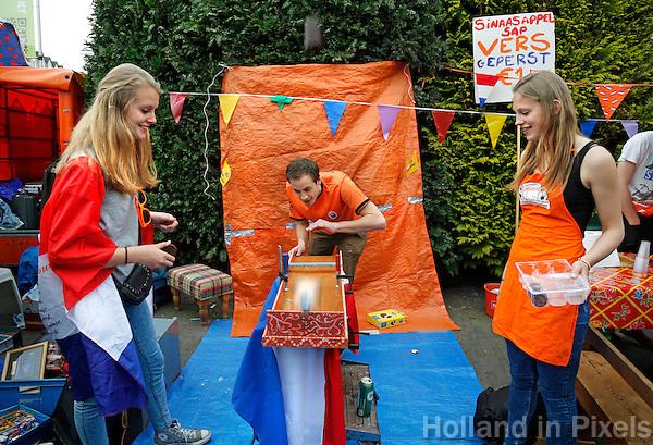 Vrijmarkt op de dag voor Koningsdag in Utrecht. Koningsnacht. Mini sjoelbak